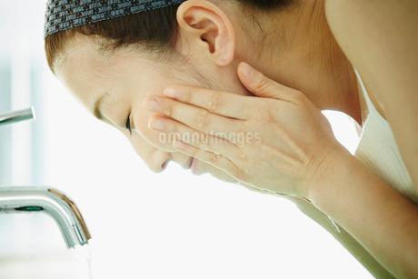 洗顔をする女性の写真素材 [FYI02054243]