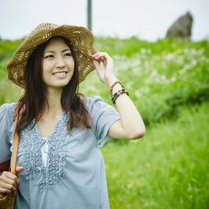 帽子を被った笑顔の女性の写真素材 [FYI02054246]