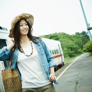 駅のホームを歩く女性の写真素材 [FYI02054249]