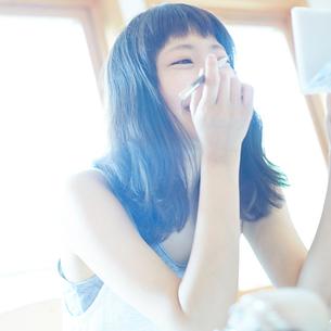 メイクをする若い女性の写真素材 [FYI02054262]