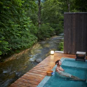 露天風呂に入浴する女性の写真素材 [FYI02054284]