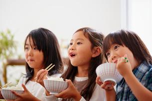 ご飯を食べる3人の子供達の写真素材 [FYI02054294]