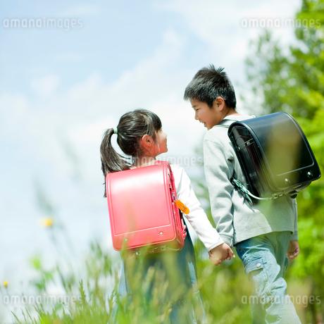 小学生の男の子と女の子の後ろ姿の写真素材 [FYI02054295]