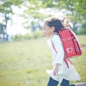 走るランドセルを背負った女の子の写真素材 [FYI02054298]