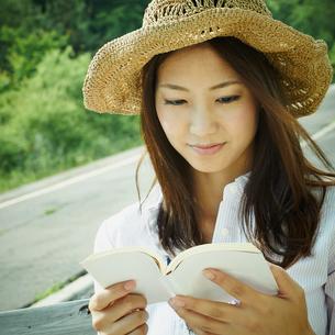 本を読む女性の写真素材 [FYI02054303]