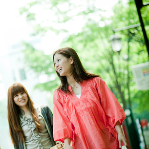 笑顔の女性2人の写真素材 [FYI02054321]