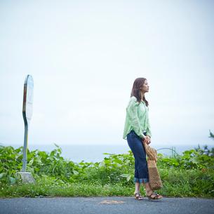 バス停でバスを待つ女性の写真素材 [FYI02054332]