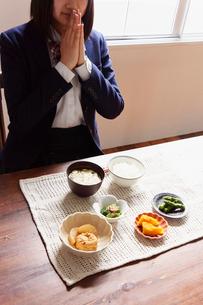 食卓で手を合わせる女子学生の写真素材 [FYI02054352]