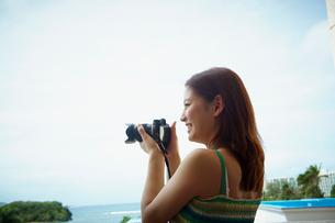 カメラを構える女性の写真素材 [FYI02054355]