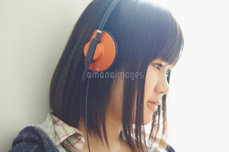 ヘッドフォンで音楽を聴く10代女性の写真素材 [FYI02054371]