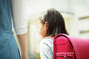 ランドセルを背負った女の子と母親の後ろ姿の写真素材 [FYI02054374]
