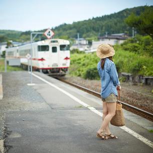 駅のホームに立つ女性の写真素材 [FYI02054415]