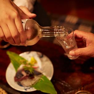 お酒を注ぐ人の手元の写真素材 [FYI02054433]