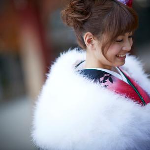 振袖姿の笑顔の女性の写真素材 [FYI02054434]