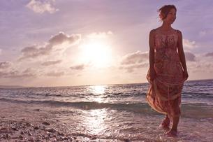 海と夕日と女性の写真素材 [FYI02054458]