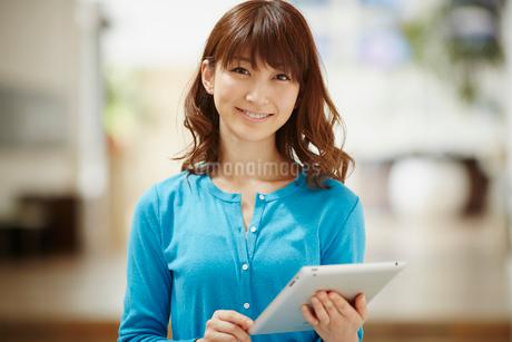 タブレットPCを持つ女性の写真素材 [FYI02054460]