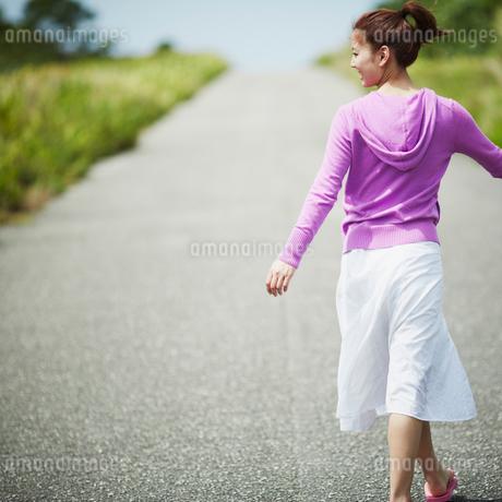 道を歩く女性の後姿の写真素材 [FYI02054477]