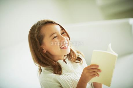 読書をする女の子の写真素材 [FYI02054479]
