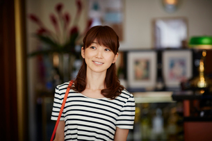 笑顔の女性の写真素材 [FYI02054481]