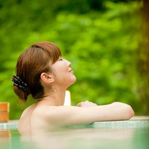 露天風呂に入浴する女性の写真素材 [FYI02054483]