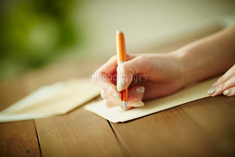 手紙を書く女性の手元の写真素材 [FYI02054493]