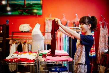 ショッピングをする女性の写真素材 [FYI02054499]