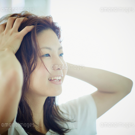 頭皮をマッサージする女性の写真素材 [FYI02054508]