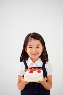 デコレーションケーキを持つ女の子の写真素材 [FYI02054521]