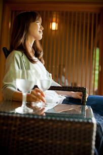 椅子に座りくつろぐ女性の写真素材 [FYI02054533]