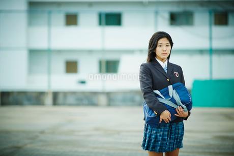 スクールバッグを抱えた女子学生の写真素材 [FYI02054535]