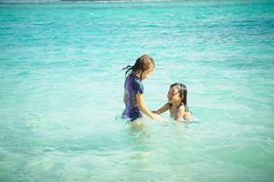 海で遊ぶ2人の女の子の写真素材 [FYI02054563]
