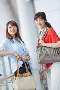 バッグを持った2人の女性の写真素材 [FYI02054565]