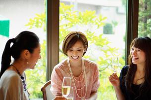 レストランで女子会をする女性達の写真素材 [FYI02054569]
