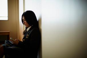 スマートフォンを見る女子学生の写真素材 [FYI02054583]