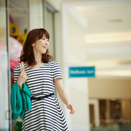 ウインドウショッピングをする女性の写真素材 [FYI02054587]