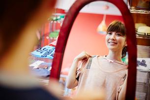 ショッピングをする女性の写真素材 [FYI02054616]