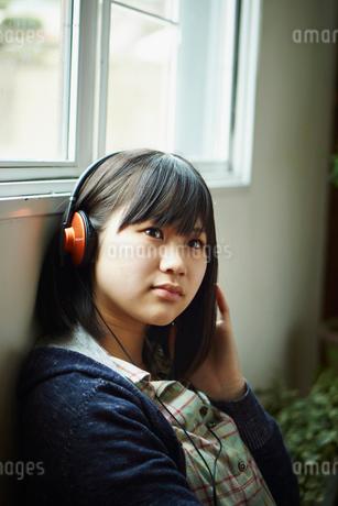 ヘッドフォンで音楽を聴く10代女性の写真素材 [FYI02054631]