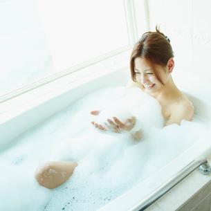 泡風呂に入浴する女性の写真素材 [FYI02054638]