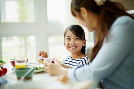 食事をする女の子と母親の写真素材 [FYI02054648]