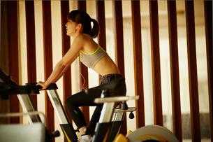 エアロバイクで運動する女性の写真素材 [FYI02054664]