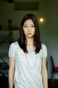 若い女性のポートレートの写真素材 [FYI02054672]