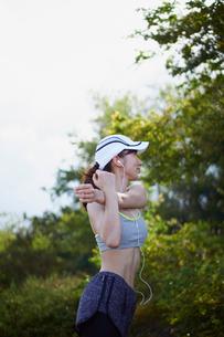 ストレッチをする女性の写真素材 [FYI02054675]