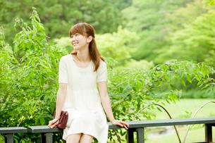 ベンチに座る女性の写真素材 [FYI02054686]
