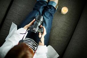 カメラを持つ女性の写真素材 [FYI02054698]