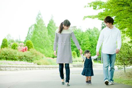散歩するファミリーの写真素材 [FYI02054699]
