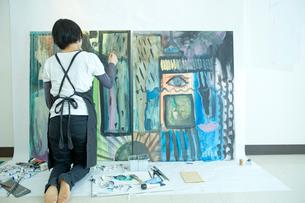絵を描く女性の後ろ姿の写真素材 [FYI02054741]