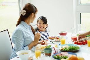 食事をする親子の写真素材 [FYI02054755]