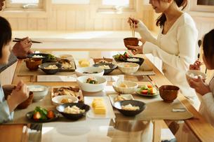 食事をするファミリーの写真素材 [FYI02054760]