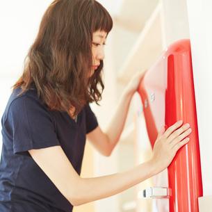 冷蔵庫と若い女性の写真素材 [FYI02054770]