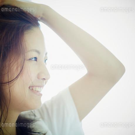 髪を掻き上げる女性の写真素材 [FYI02054804]